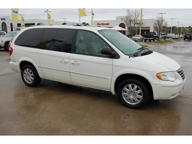 2005 Chrysler Town And Country White